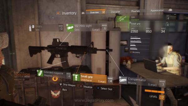 Senjata juga bisa diperkuat dan dimodifikasi.