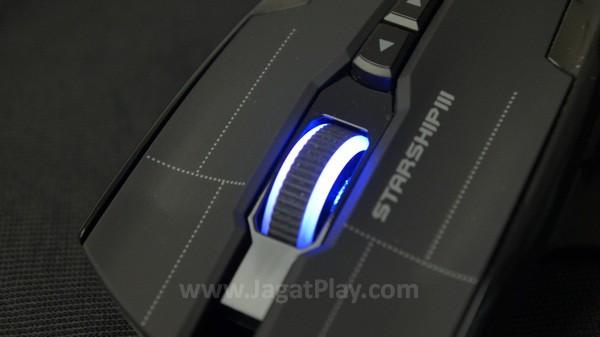 Desain kosmetik yang tidak berlebihan, garis tipis grid ini menghiasi bagian depan mouse.
