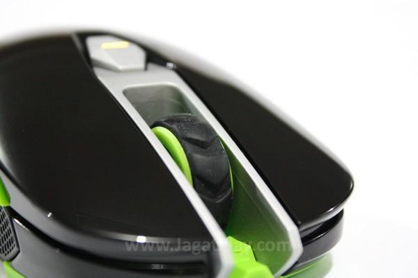 Tombol klik mouse yang licin dan mencembung membuat jari tidak mendapatkan posisi yang mantap