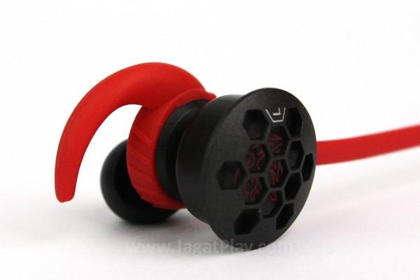 Penyangga telinga dibuat dari bahan karet yang lembut