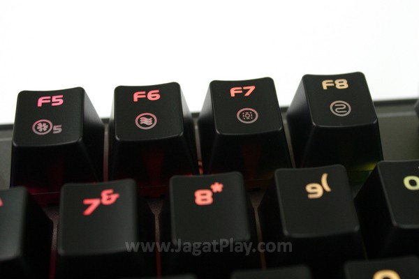 Tombol cahaya berada di deretan atas keyboard; fungsi dari tiap tombol sayangnya tidak dijelaskan