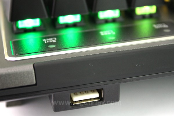 Pada bagian atas keyboard ditambahkan slot USB