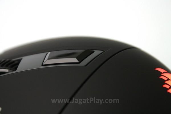 Tombol DPI di bagian punggung mouse memudahkan penggantian ukuran DPI
