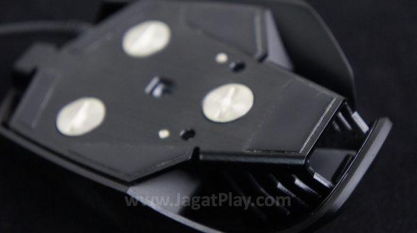 Anda juga bisa mengatur masalah berat dengan menyematkan atau membuang pemberat yang disematkan di bagian bawah mouse.