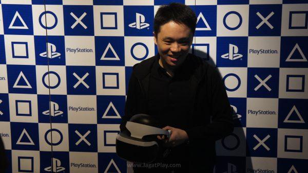 Ian Purnomo dari Sony Interactive Entertainment cabang Singapura memamerkan Playstation VR.