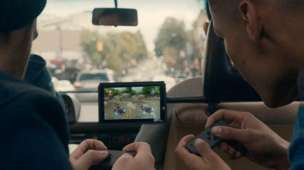 Mendukung split-screen. Kerennya? Kontroler kiri dan kanan kini bisa berfungsi sebagai kontroler terpisah untuk dua player.