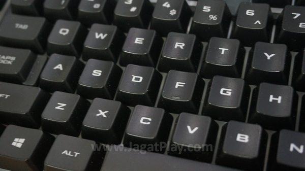 Menekan 8 buah tuts bersamaan, yang berkaitan erat dengan fungsi gaming, K55 hanya bisa menerjemahkan 4-5 tombol secara instan.