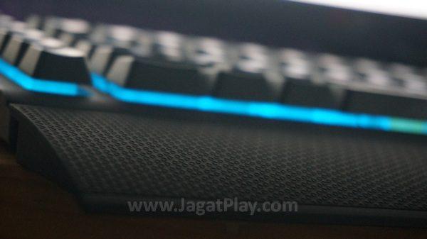 Paket penjualan memuat palm rest yang membuat ukuran keyboard ini bahkan lebih besar.