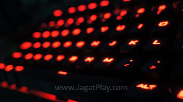 Diperkuat dengan hanya satu LED - merah, K63 terlihat seperti lava panas di kala malam.
