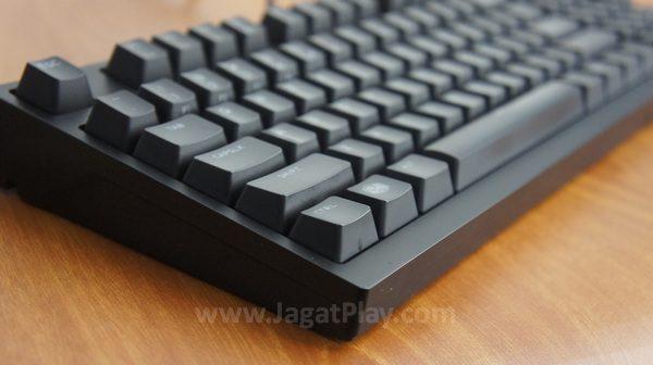 Desain yang terlihat tangguh dan solid walaupun menggunakan material plastik.