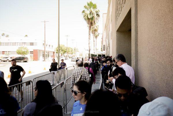 Antrian para jurnalis yang menunggu pintu masuk event dibuka