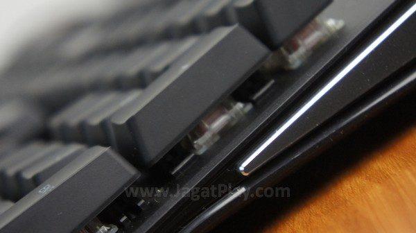 Selain Red, SteelSeries juga menawarkan varian Brown, Black, dan Blue untuknya.